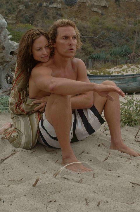 Kaum heimgekehrt, verliebt sich Surfer Steve Addington (Matthew McConaughey, r.) in die hübsche Danni (Alexie Gilmore, l.) ...