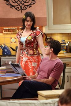 Two and a Half Men - Charlies Stalkerin Rose (Melanie Lynskey, l.) kündigt an...