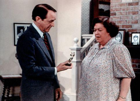 Die Waltons - Stanley Perkins (William Schallert, l.) schenkt Miss Rose (Pegg...