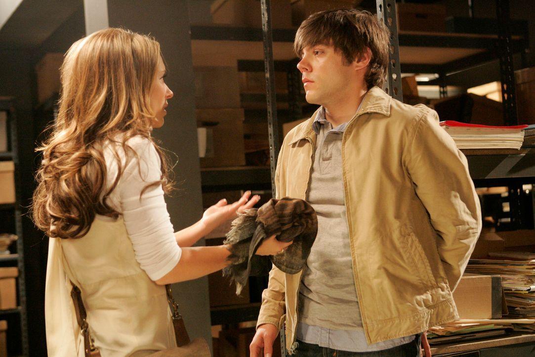 Melinda (Jennifer Love Hewitt, l.) besucht das Stadtarchiv, um weitere Informationen über die anderen Pflegekinder mit denen Fiona zusammengelebt ha... - Bildquelle: ABC Studios