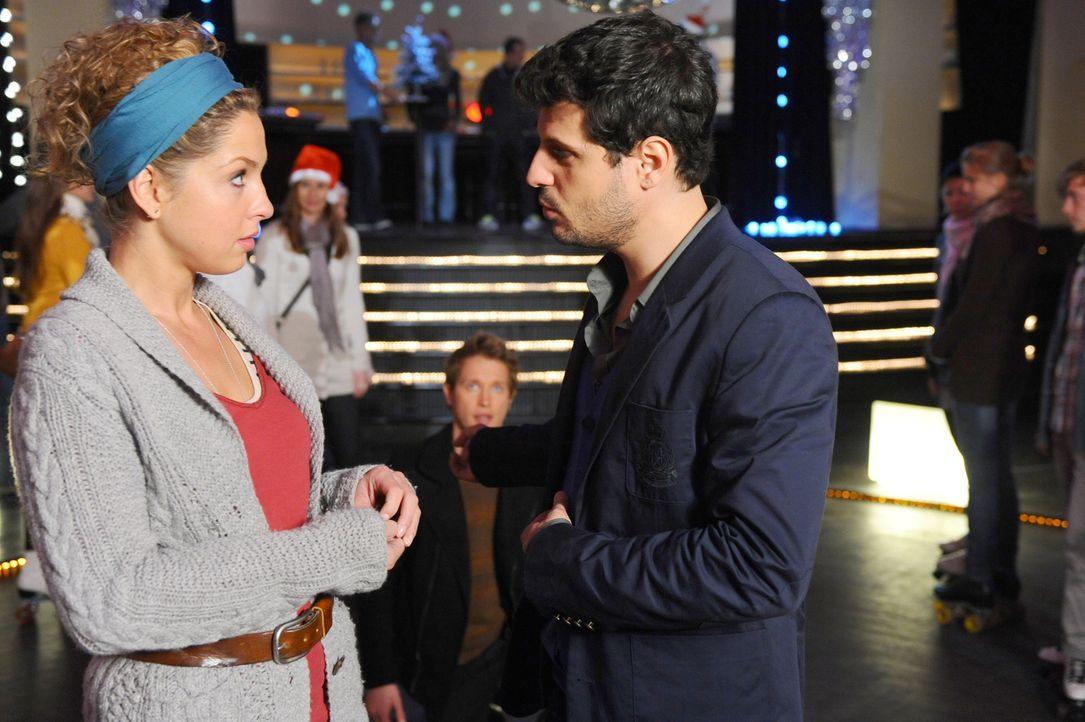 Nina (Maria Wedig, l.) ist völlig überrascht, als Luca (Manuel Cortez, r.) auf der Rollschuhbahn auftaucht ... - Bildquelle: SAT.1