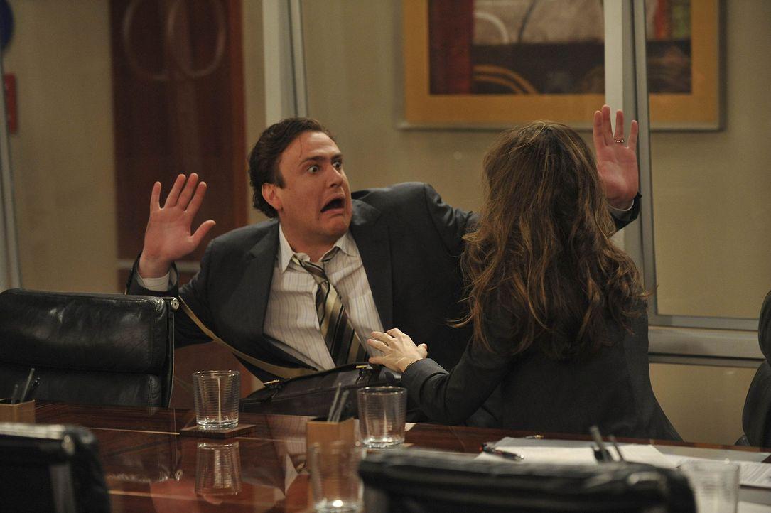 Verstehen sich prächtig: Jenkins (Amanda Peet, l.) und Marshall (Jason Segel, r.) ... - Bildquelle: 20th Century Fox International Television