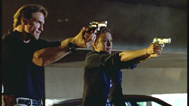 Steve (Barry Van Dyke, l.) und der FBI-Agentin Kathryn (Eva La Rue, r.) gelin...