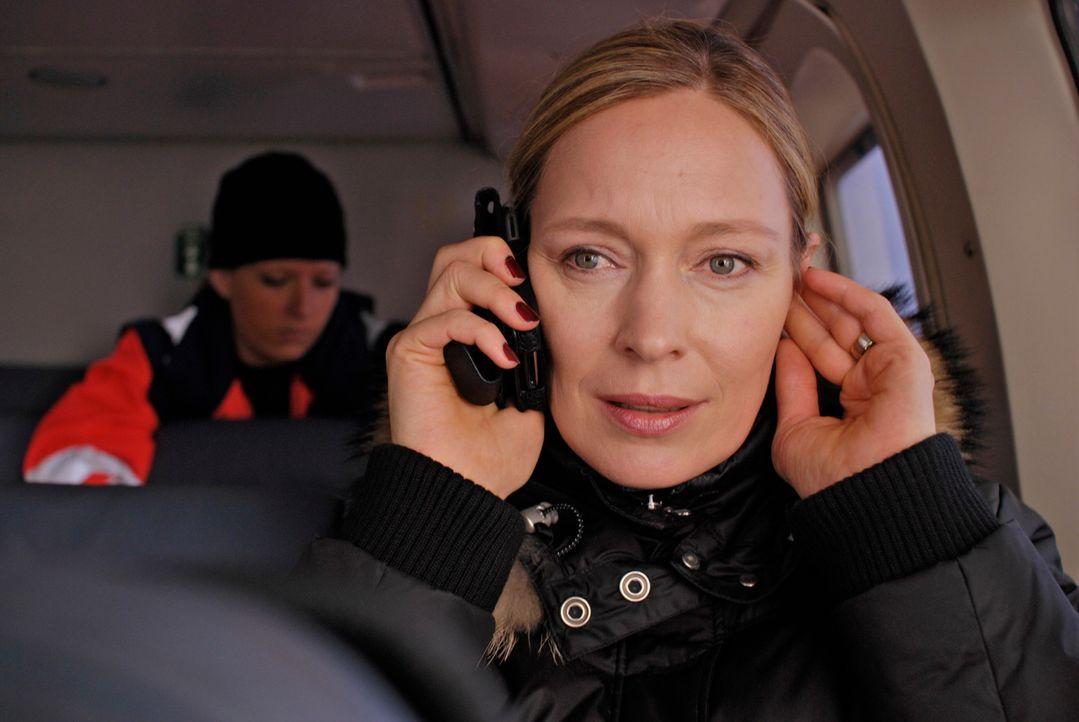 Managerin Britta Schneider (Katja Weitzenböck) hat nicht nur eine havarierte Bohrinsel, sondern auch einen schwer verletzten Ehemann, der mit dem To... - Bildquelle: Gordon Timpen ProSieben