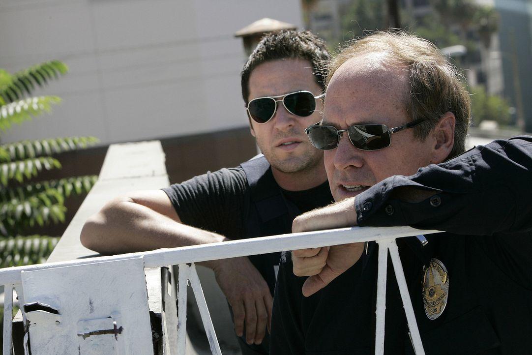 Gemeinsam versuchen Don Eppes (Rob Morrow, l.) und  Lt. Gary Walker (Will Patton, r.) einen Täter, der mehrere Bankschließfächer aufgebrochen hat... - Bildquelle: Paramount Network Television
