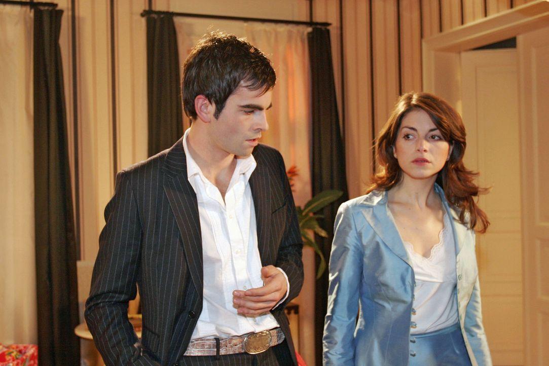 Mariella (Bianca Hein, r.) ist nach ihrer Begegnung mit Monique höchst misstrauisch und lässt David (Mathis Künzler, l.) am Abend abblitzen. - Bildquelle: Noreen Flynn Sat.1