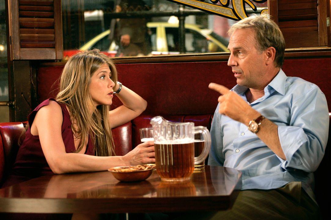 Auf der Suche nach der Wahrheit: Sarah (Jennifer Aniston, l.) und ihr möglicher Vater Beau Burroughs (Kevin Costner, r.) sprechen über Sarahs versto... - Bildquelle: Warner Bros. Pictures