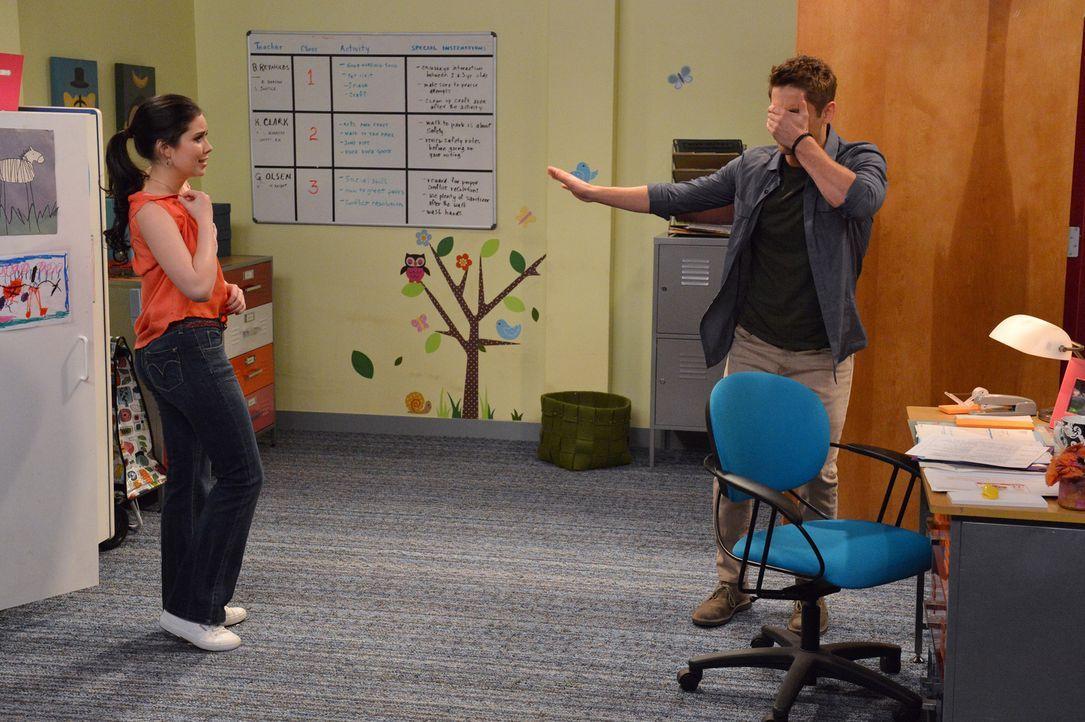 Damit er einen Kindergartenplatz für Emma bekommt, flirtet Ben (Jean-Luc Bilodeau, r.) mit der Mitarbeiterin Megan (Grace Phipps, l.). Doch wird ihm... - Bildquelle: Eric McCandless ABC Family