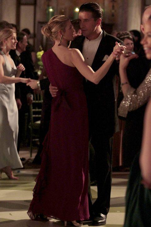 Hollands Lüge treibt Lily (Kelly Rutherford, l.) direkt in Williams (William Baldwin, r.) Arme ... - Bildquelle: Warner Bros. Television