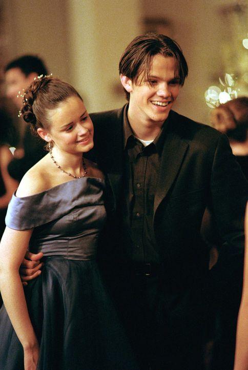 Rory (Alexis Bledel, l.) überwindet sich und bittet Dean (Jared Padalecki, r.), sie zum Schulball zu begleiten. Der Abend verläuft perfekt, bis der... - Bildquelle: 2000 Warner Bros.