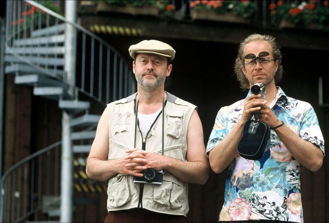 Gabriel (Wolfgang Häntsch, l.) und Victor (Jochen Horst, r.) beobachten die Kapitäne Jojo und Alex. - Bildquelle: Spitz Sat.1