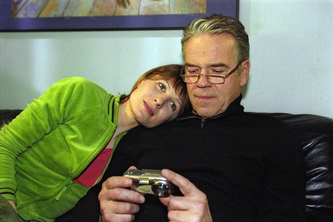Verena (Nadine Seiffert, l.) zeigt ihrem Vater (Jürgen Heinrich, r.) die Bilder von einem gemeinsamen Ausflug mit Tom. Wolff sieht die Beziehung zwi... - Bildquelle: Claudius Pflug Sat.1