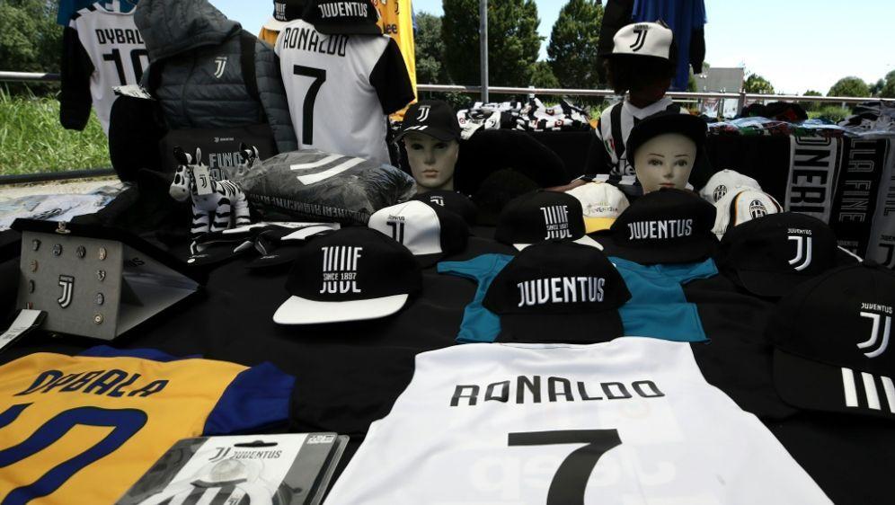 Die Ronaldo-Fanartikel liegen in Turin bereits bereit - Bildquelle: AFPSIDISABELLA BONOTTO