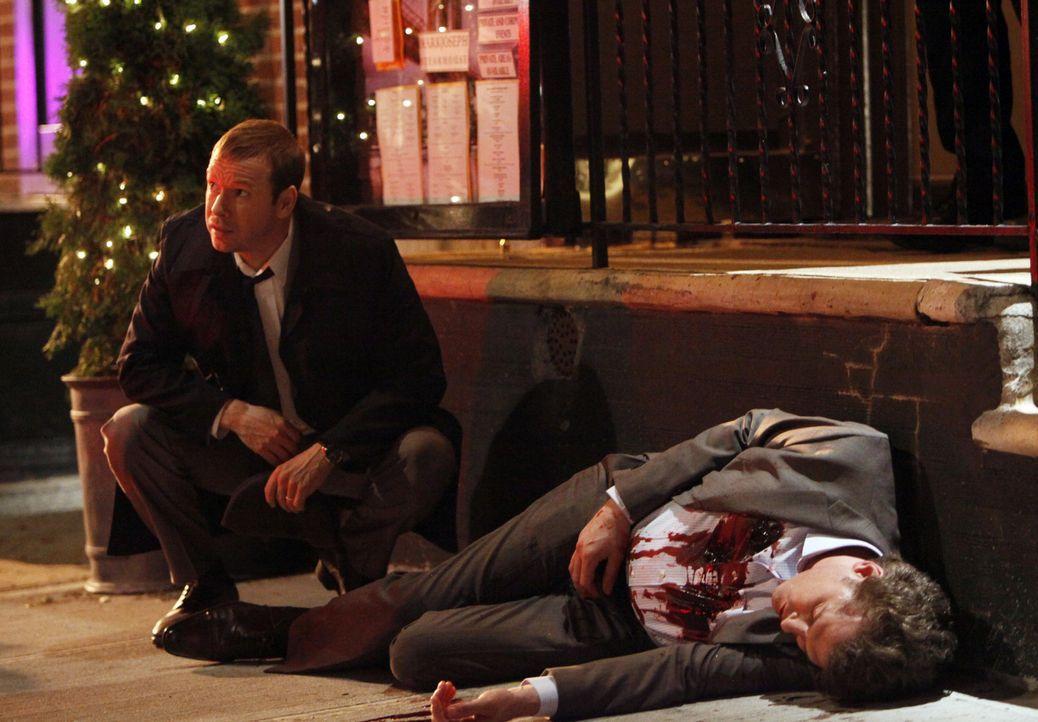 Ray Milo (Tyagi Schwartz, r.) wird auf offener Straße erschossen und Danny (Donnie Wahlberg, l.) wird schnell klar, dass hier jemand aus dem Weg ger... - Bildquelle: 2011 CBS Broadcasting Inc. All Rights Reserved