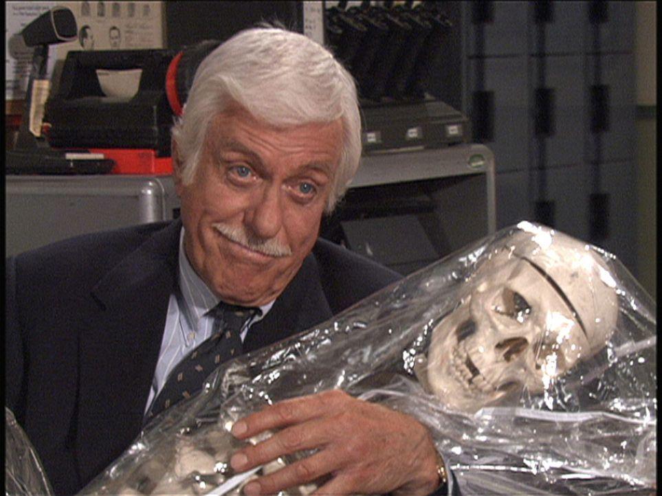 Dr. Mark Sloan (Dick Van Dyke) muss sich diesmal mit Geistern auseinander setzen ... - Bildquelle: Viacom