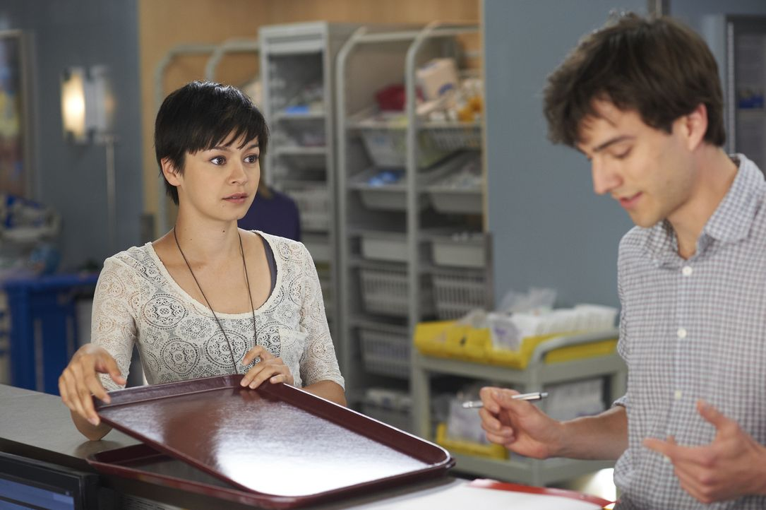 Maggie (Julia Taylor Ross, l.) versucht Gavin (Kristopher Turner, r.) klarzumachen, das seine Beziehung mit ihm für sie nicht in Frage kommt.
