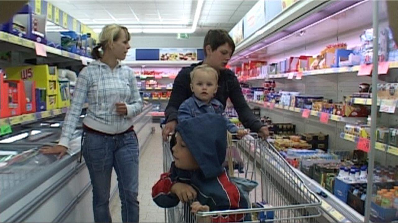 Baby statt Party - Im Heim der Teenie-Mütter: Sara, Jack-Jason, Michelle und Kimberley ... - Bildquelle: SAT.1