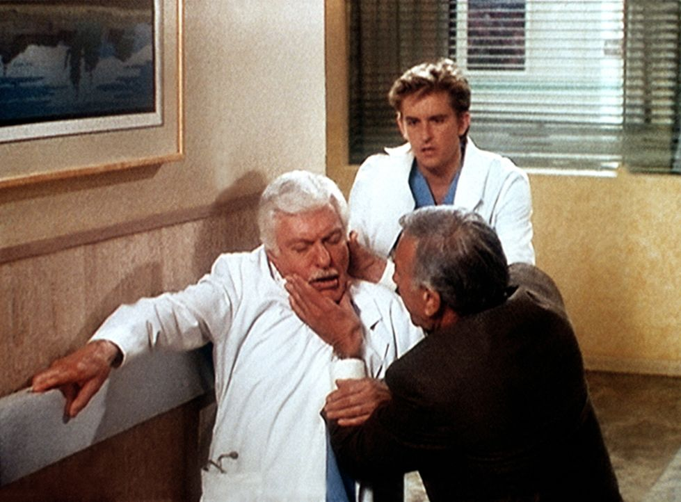 Mark (Dick Van Dyke, l.) erleidet einen Herzanfall. Jesse (Charlie Schlatter, hinten) und Dr. Andrews (Chad Everett) leisten Erste Hilfe. - Bildquelle: Viacom