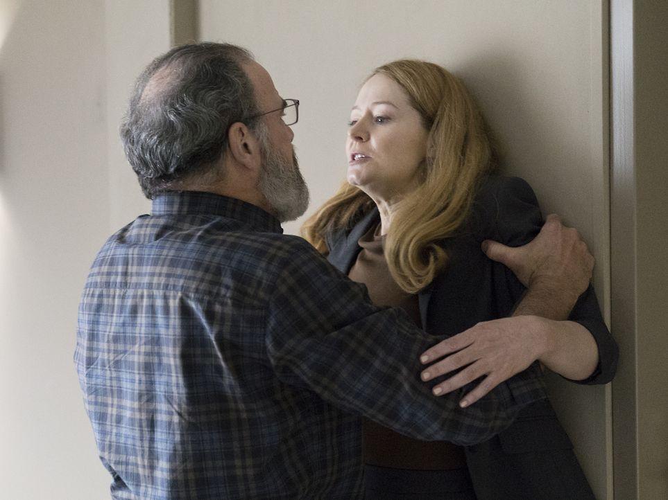Allison (Miranda Otto, r.) wehrt sich gegen die Vorwürfe, sie sei eine Doppelagentin, doch Saul (Mandy Patinkin, l.) glaubt ihr nicht, während Quinn... - Bildquelle: Stephan Rabold 2015 Showtime Networks, Inc., a CBS Company. All rights reserved.