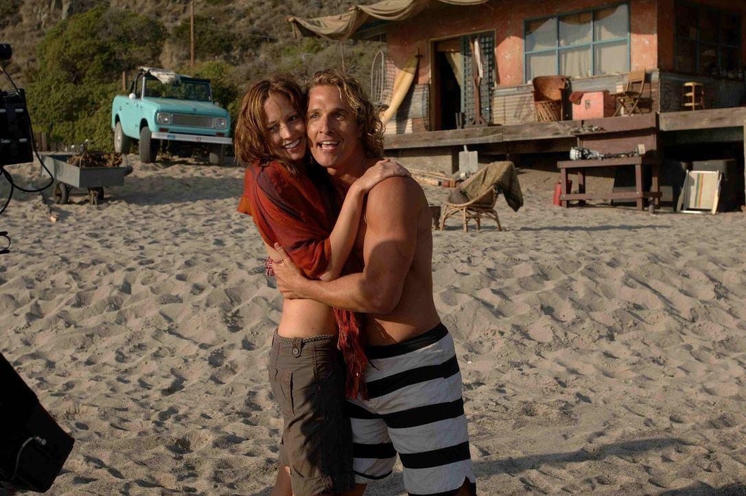 Die gutaussehende Danni (Alexie Gilmore, l.) verdreht dem smarten Wellenreiter Steve Addington (Matthew McConaughey, r.) den Kopf ...