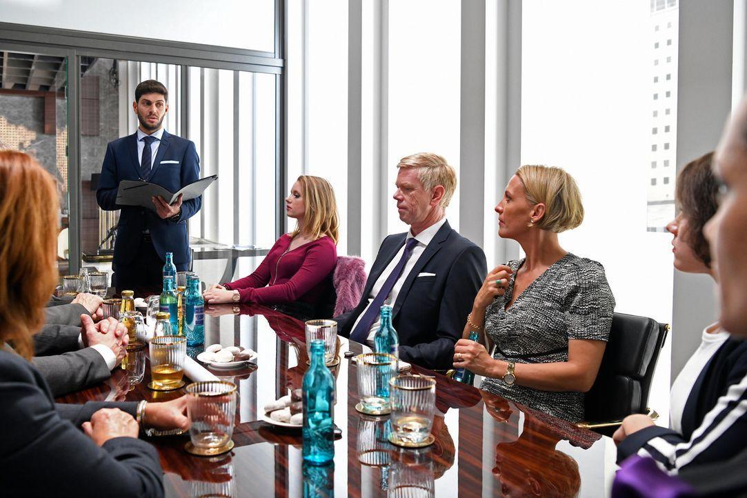 Als es zur Wahl des neuen Vorstands kommt, werden (v.l.n.r.) Tarek (Varol Sahin), Anja (Franziska Breite), Olaf (Thomas Morris) und Bea (Niki Finger... - Bildquelle: Christoph Assmann SAT.1/Christoph Assmann