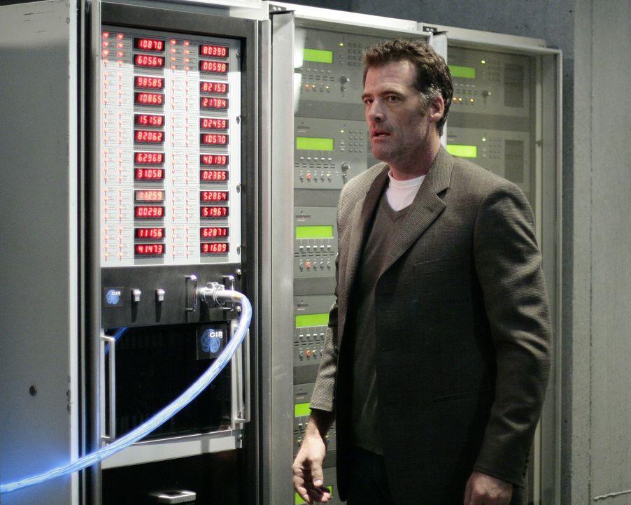 Durch einen Energieschub versucht Stephen (Bruce Thomas), Kyle dabei zu helfen, die Computer von Madacorp zu zerstören ... - Bildquelle: TOUCHSTONE TELEVISION