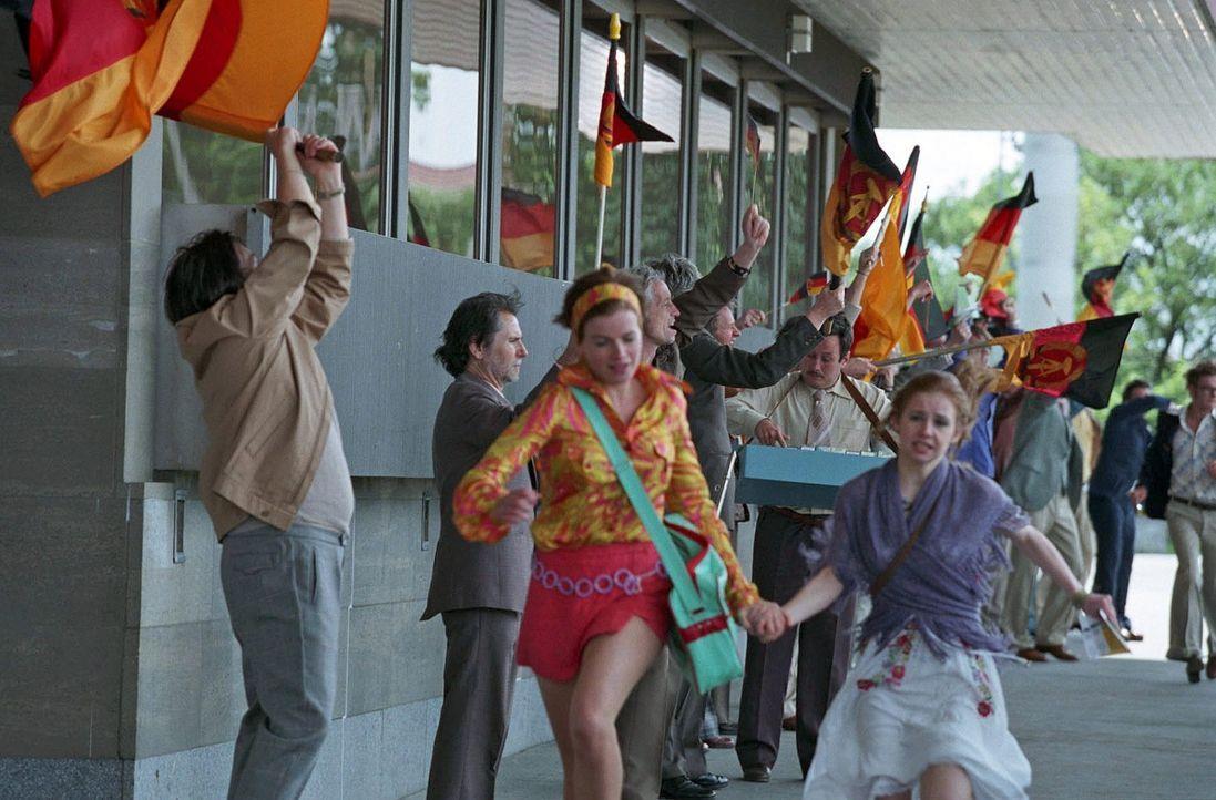 Jenny (Mira Bartuschek, vorne l.) und Alexandra (Josefine Preuß, vorne r.) bahnen sich ihren Weg durch die jubelnden Fußballfans. Ob sie Frank recht... - Bildquelle: Sat.1