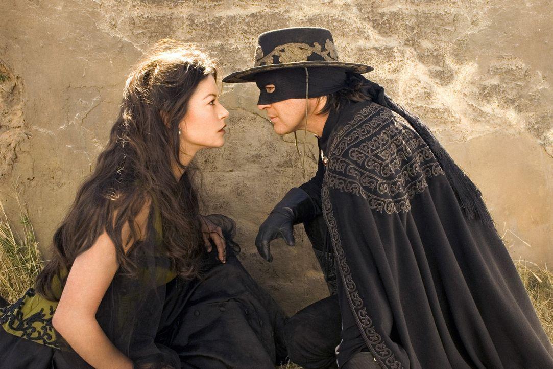 Im Gefecht gegen den neuen Feind ist Zorro (Antonio Banderas, r.) nicht mehr allein: Er kämpft Seite an Seite mit seiner Frau (Catherine Zeta-Jones... - Bildquelle: Sony Pictures Television International. All Rights Reserved.