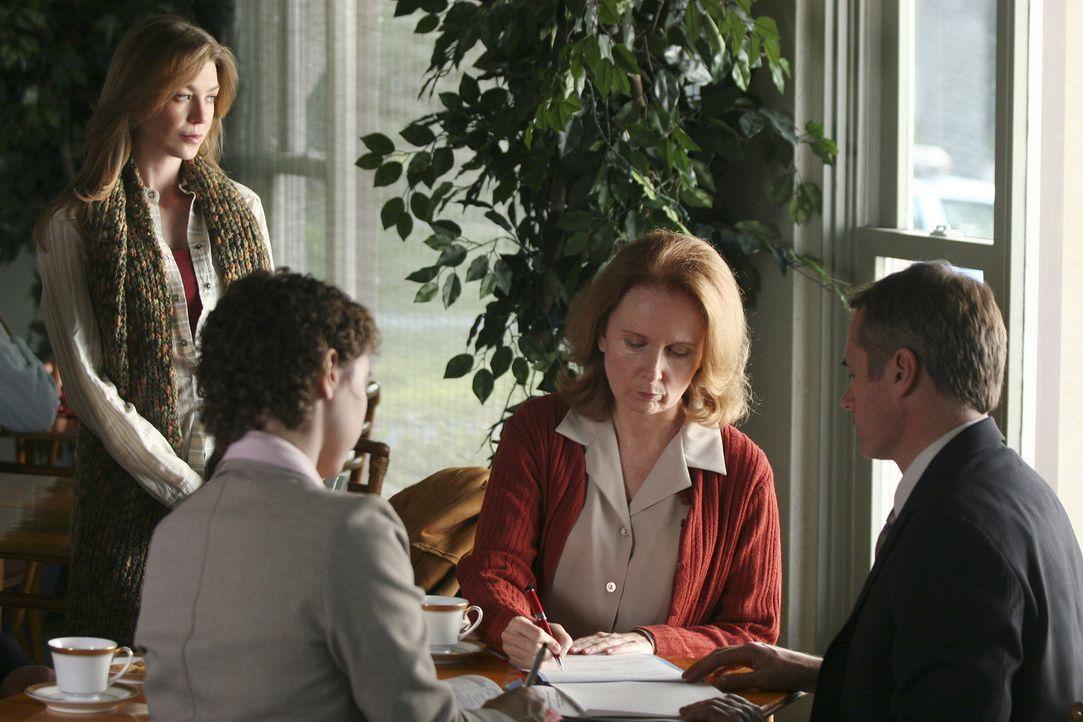 Die Verantwortung für ihre Mutter (Kate Burton, 2.v.r.) zerrt Meredith (Ellen Pompeo, l.) an den Nerven ... - Bildquelle: Touchstone Television
