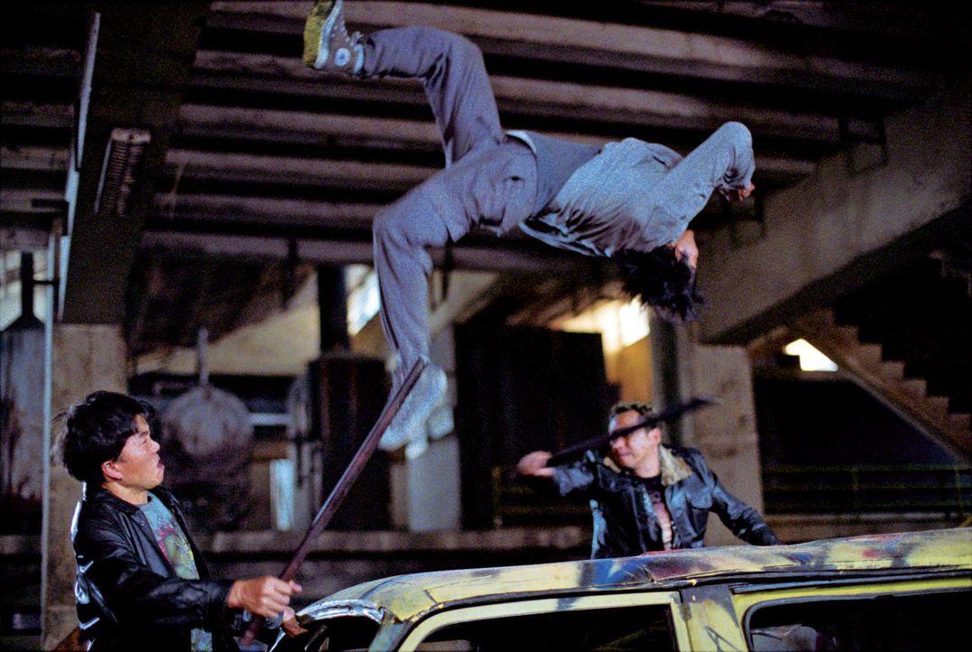 Wenn es um körperliche Beherrschung und Kampfkunst geht, macht Kham (Tony Jaa, M.) so schnell niemand etwas vor. Doch seine Gegner verfügen über... - Bildquelle: e-m-s the DVD-Company