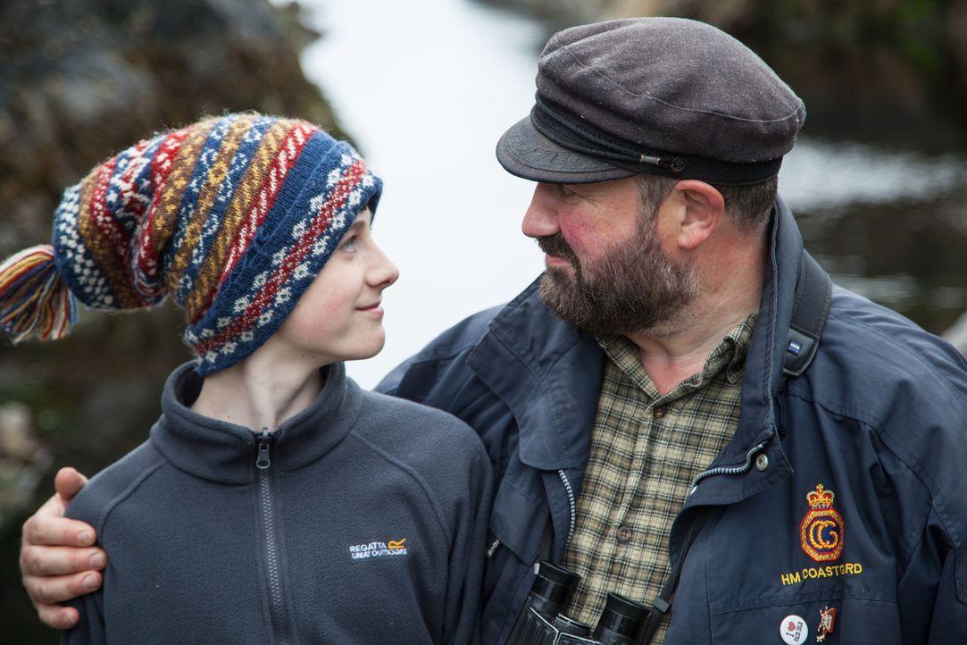 Tommy Hyndman (r.) lebte mit seinem Sohn Henry (l.) und seiner Frau Liz einst den amerikanischen Traum, bis ein Radioaufruf des National Trust of Sc... - Bildquelle: Jo Young 2015 BBC / Renegade Pictures