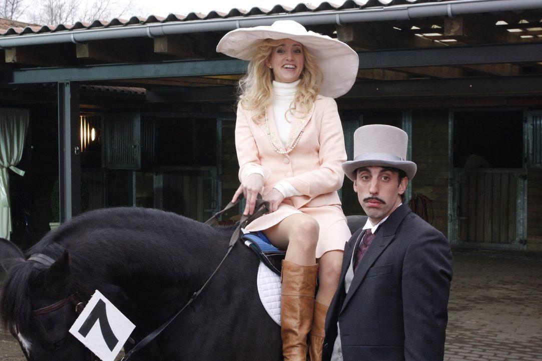 Sie (Judith Richter, l.) hat seinen (Alexander Schubert, r.) Tipp, beim Pferderennen auf die Nr. 7 zu setzen, etwas anders verstanden... - Bildquelle: Noreen Flynn Sat.1
