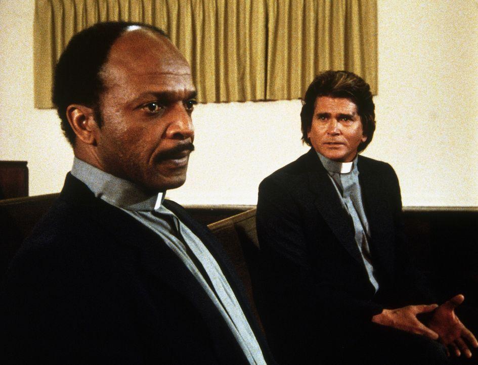 Jonathan (Michael Landon, r.) versucht, dem Vater des überfahrenen Jungen, einem Priester, Mut zu machen ... - Bildquelle: Worldvision Enterprises, Inc.
