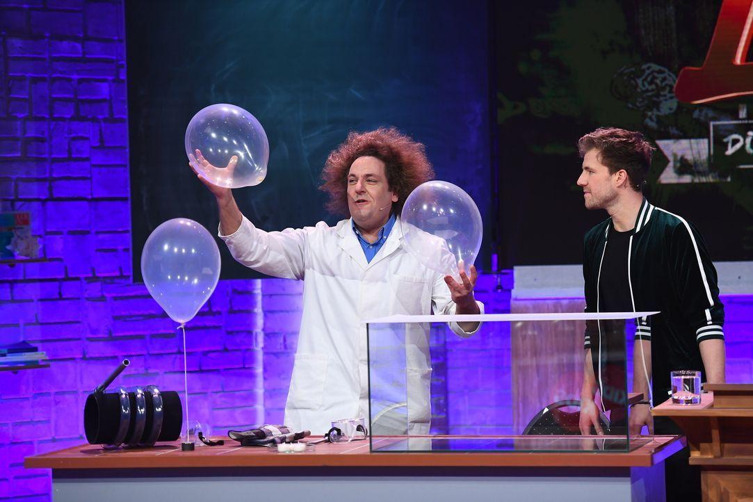 Konrad Stöckel (l.) und Luke Mockridge (r.) machen der Wissenschaft wieder alle Ehre. - Bildquelle: Willi Weber Sat.1/Willi Weber