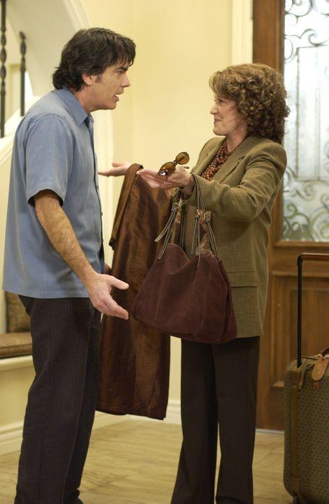 Versucht seine Mutter (Linda Lavin, r.) von einer Chemotherapie zu überzeugen: Sandy (Peter Gallagher, l.) ... - Bildquelle: Warner Bros. Television