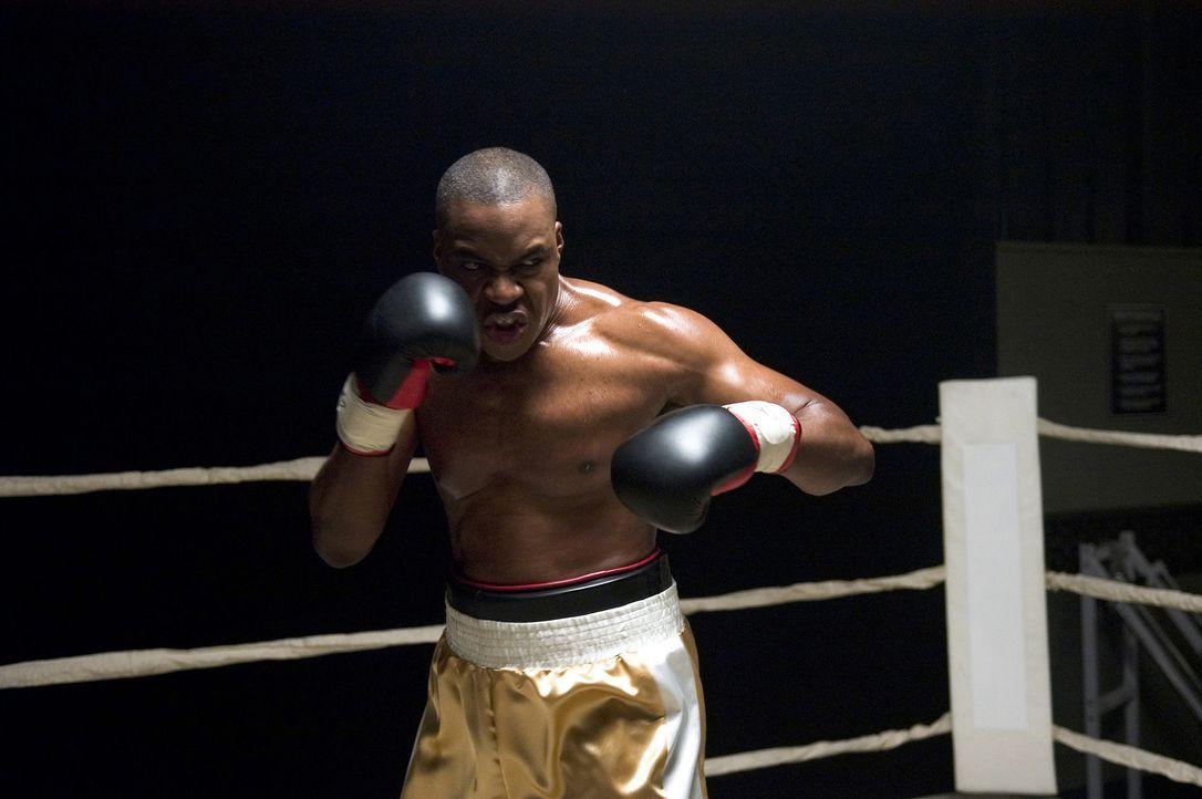 Der Schwergewichtsweltmeister Wayne Barclay (Razaaq Adoti) wird von einem kriminellen Rapper bedroht! Deshalb beschließt er, sich durch den besten... - Bildquelle: Sony Pictures Television International