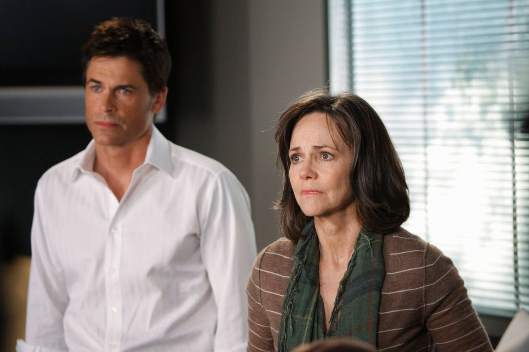 Robert (Rob Lowe, l.) und Nora (Sally Field, r.) machen sich große Sorgen um Kitty, die mit einer Lungenembolie ins Krankenhaus eingeliefert wurde .... - Bildquelle: 2009 American Broadcasting Companies, Inc. All rights reserved.