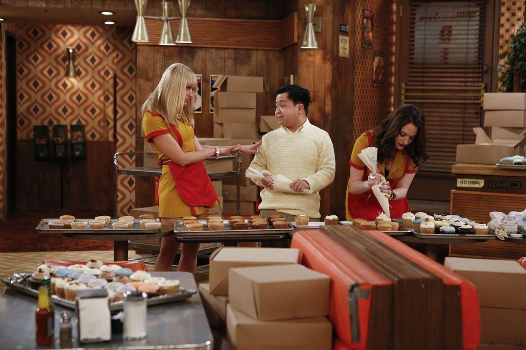 Das Team des Diners und sogar Han (Matthew Moy, M.) hilft Caroline (Beth Behrs, l.) und Max (Kat Dennings, r.) bei der nächtlichen Arbeit ... - Bildquelle: Warner Bros. Television