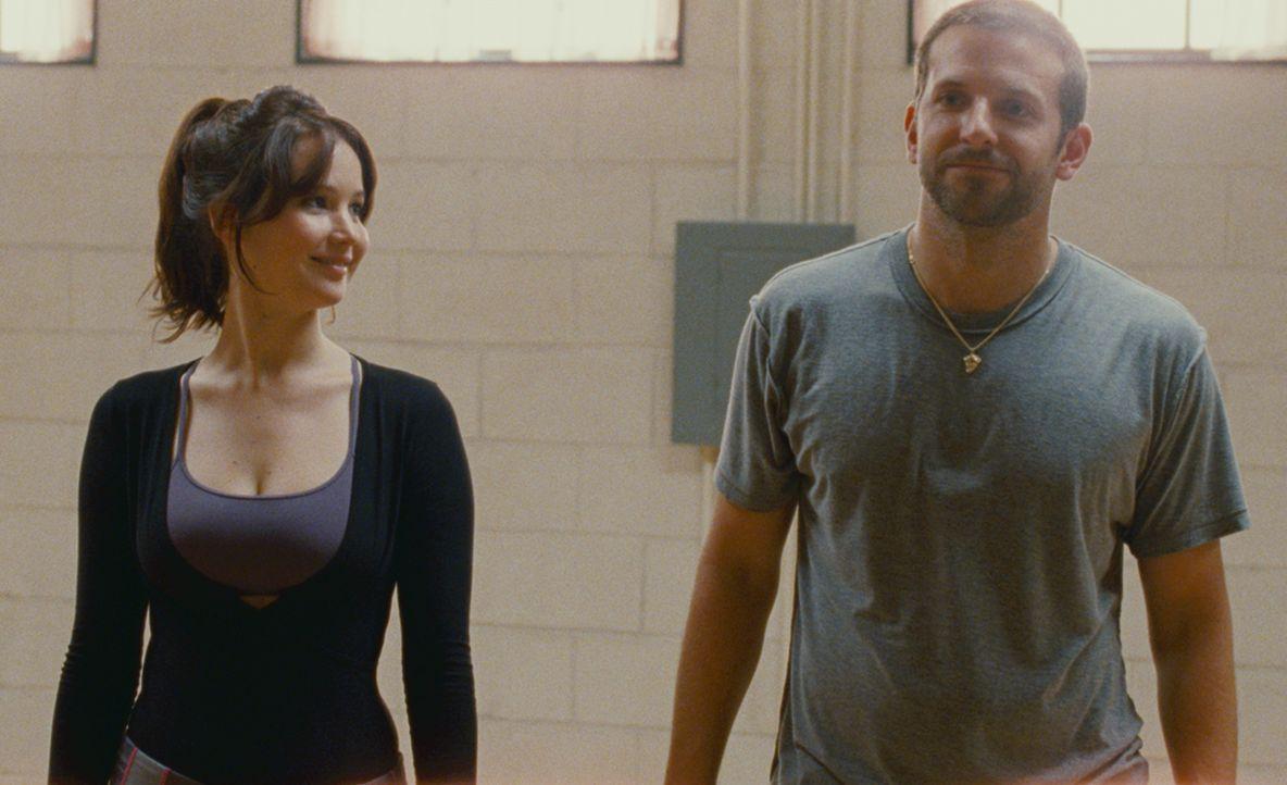 Obwohl Pat (Bradley Cooper, r.) eigentlich für das Tanzen nichts übrig hat, lässt er sich von Tiffany (Jennifer Lawrence, l.) dazu überreden, an ein... - Bildquelle: 2012 The Weinstein Company.
