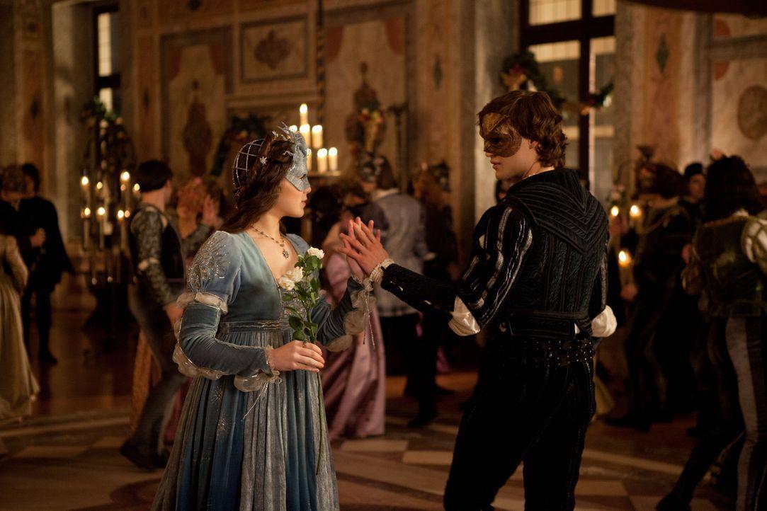 Die Liebe hält Romeo (Douglas Booth, r.) fest in ihren Fängen und selbst der Prinz kann ihn von der bezaubernden Julia (Hailee Steinfeld, l.) nicht... - Bildquelle: 2013 R & J Releasing, Ltd.  All Rights Reserved.