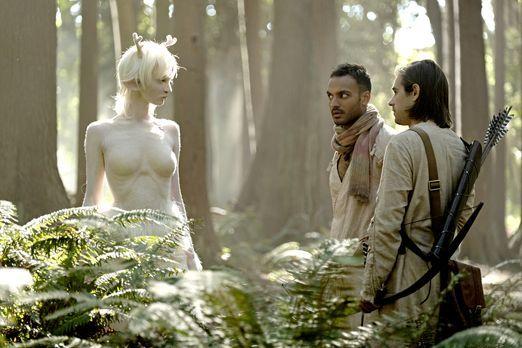 Wird die weiße Lady (Emma Dumont, l.) Penny (Arjun Gupta, M.) und Quentin (Ja...