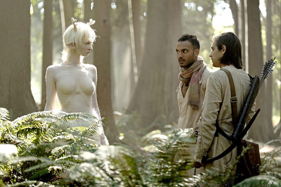 Wird die weiße Lady (Emma Dumont, l.) Penny (Arjun Gupta, M.) und Quentin (Jason Ralph, r.) ihre Wünsche erfüllen können? - Bildquelle: Eike Schroter 2016 Syfy Media, LLC
