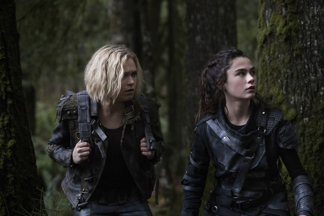 Clarke (Eliza Taylor, l.); Madi (Lola Flanery, r.) - Bildquelle: Jack Rowand 2018 The CW Network, LLC. All Rights Reserved./Jack Rowand