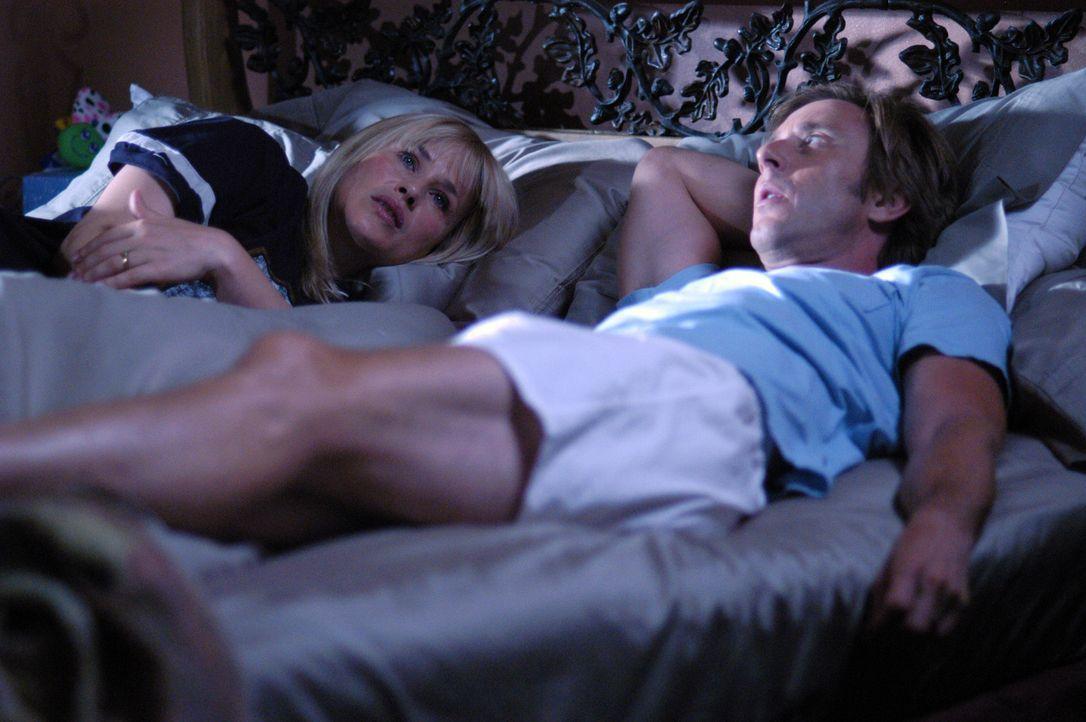 Was ist wenn Allison (Patricia Arquette, l.) wirklich schwanger sein sollte? Sie und Joe (Jake Weber, r.) besprechen, was sie im Fall der Fälle tun... - Bildquelle: Paramount Network Television