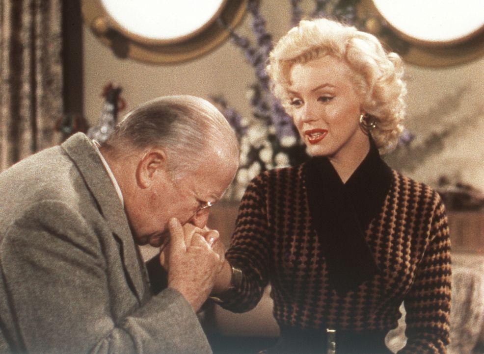 Der betagte Sir Francis Beekman (Charles Coburn, l.) verspricht der hübschen Lorelei (Marilyn Monroe, r.), ihre Hände mit wertvollen Diamanten zu ve... - Bildquelle: 20th Century Fox Film Corporation