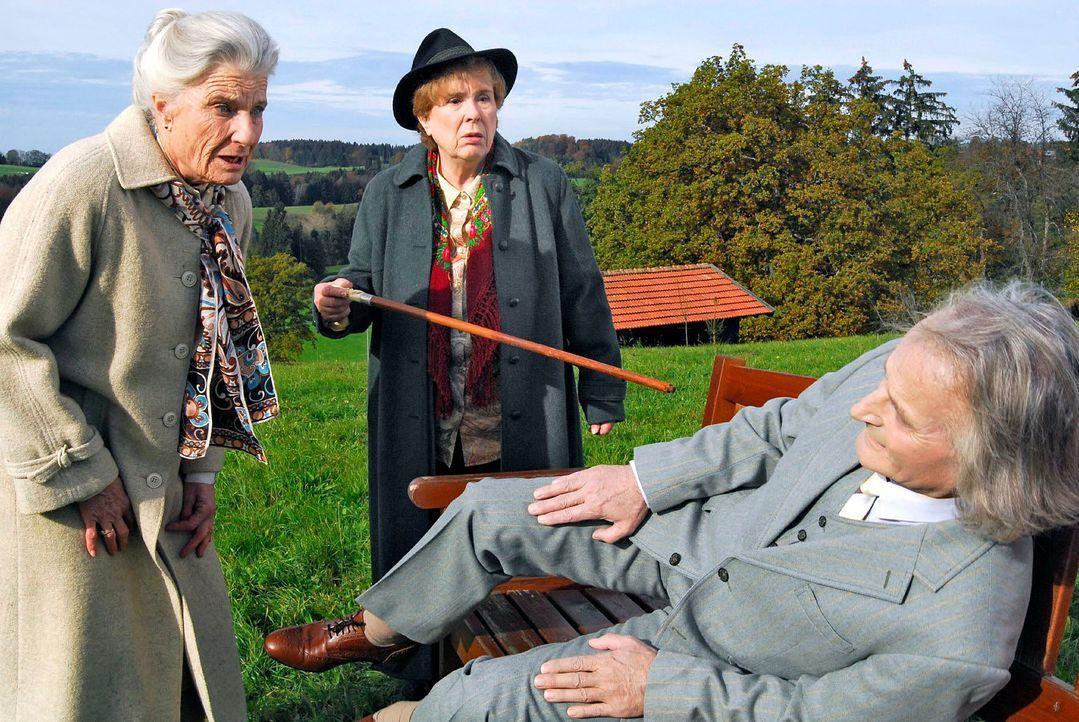 Witta Reich (Luise Deschauer, l.) und Magda Höllriegel (Toni Netzle, r.) haben das Altersheim verlassen, um vor dem Frühstück ein wenig Frischluft z... - Bildquelle: Hans Seidenabel Sat.1