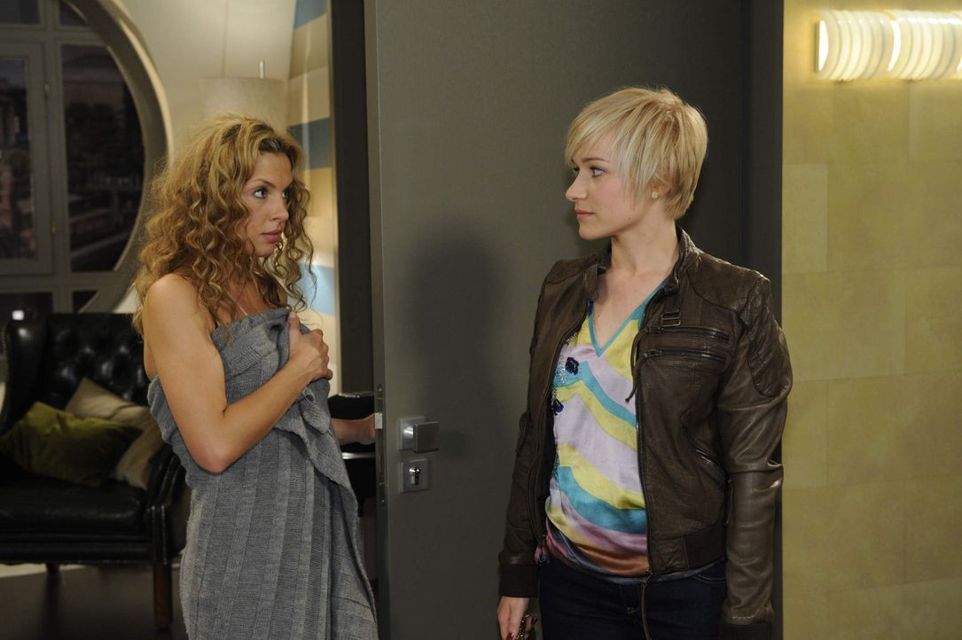 Nina muss feststellen, dass Luca sie wieder belogen hat. (v.l.n.r.) Nina (Maria Wedig) und Olivia (Kasia Borek) ... - Bildquelle: SAT.1
