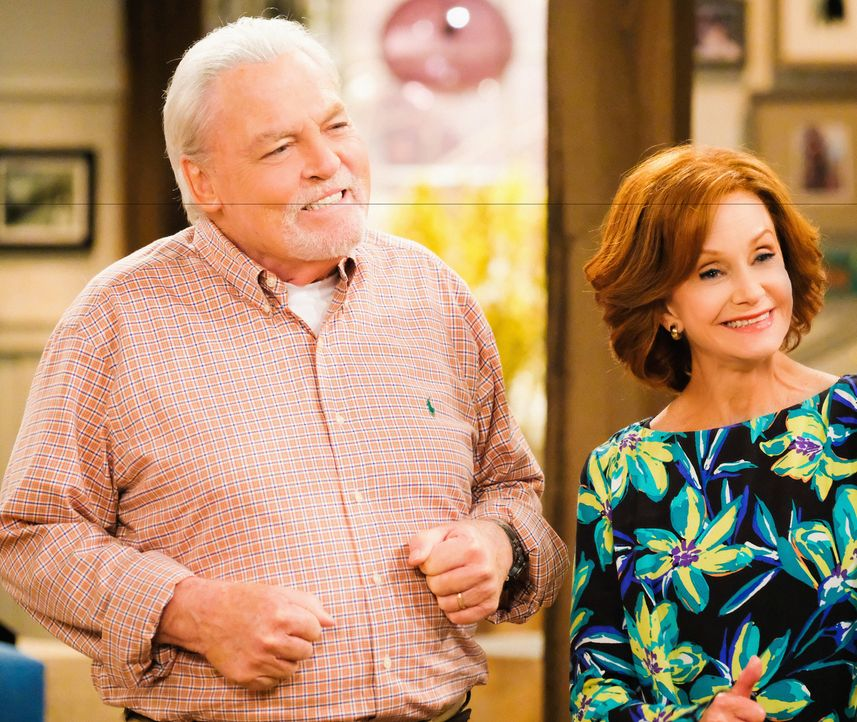 Tauchen unerwartet mit ganz besonderen Zukunftsplänen bei Adam auf: seine Eltern Bev (Swoosie Kurtz, r.) und Joe (Stacy Keach, l.) - Bildquelle: Darren Michaels 2016 CBS Broadcasting, Inc. All Rights Reserved