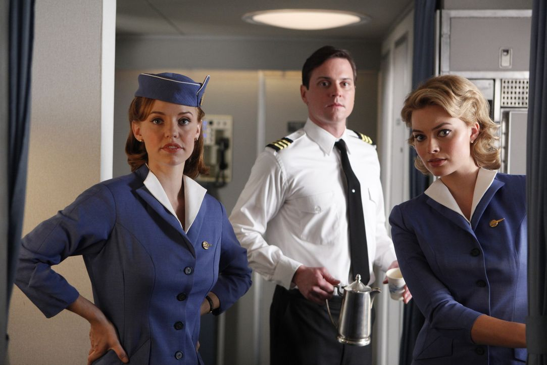 Der Flug mit dem Ersatzpiloten Dennis stellt nicht nur Kate (Kelli Garner, l.), Ted (Michael Mosley, M.) und Laura (Margot Robbie, r.) auf die Probe... - Bildquelle: 2011 Sony Pictures Television Inc.  All Rights Reserved.