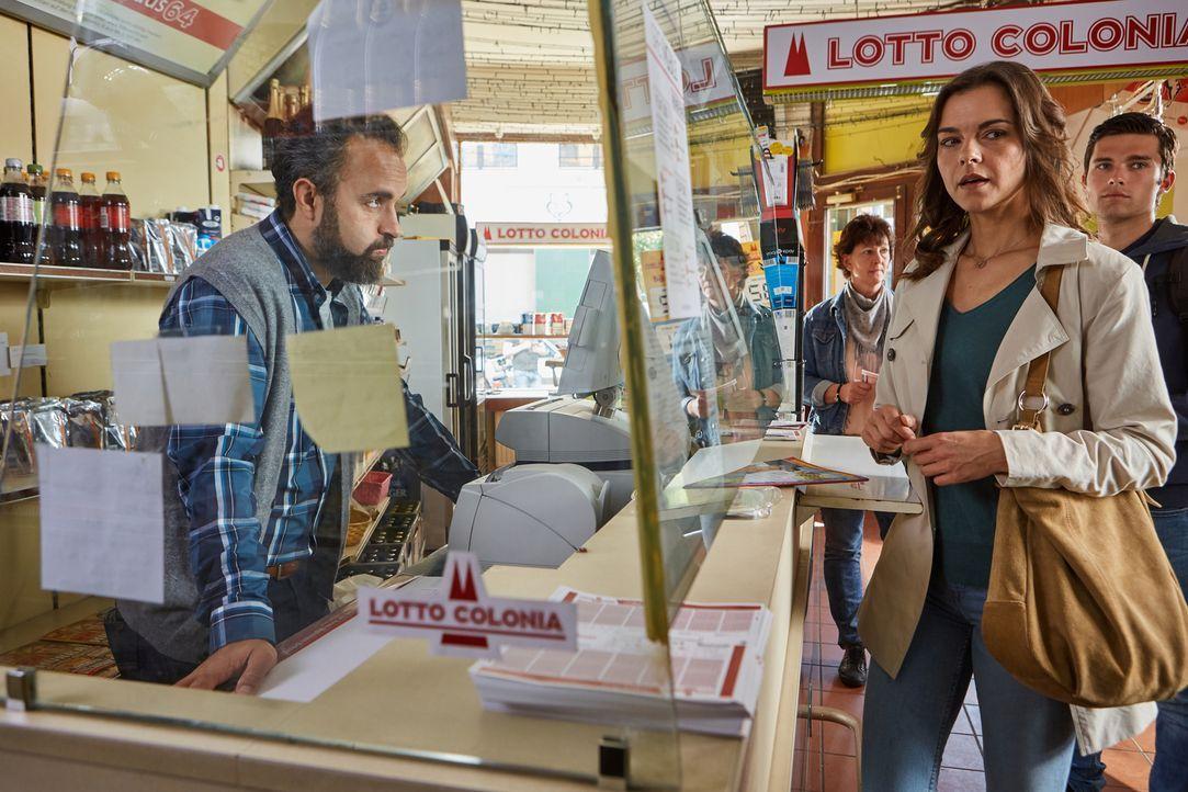 Auch der Kioskbesitzer (Aydin Isik, l.) kann nicht glauben, dass sich Carolin (Susan Hoecke, r.) nicht mit dem Gedanken anfreunden kann, den gefunde... - Bildquelle: Frank Dicks SAT.1